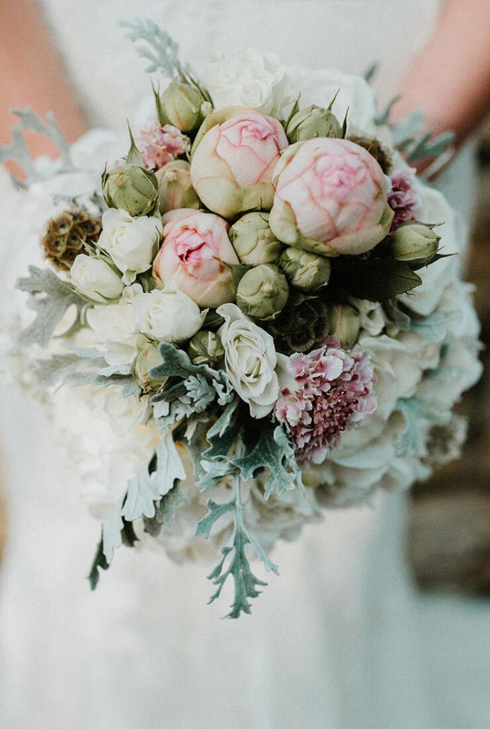 Brautstrauß mit Bauernrosen, Hortensien und Silberblatt
